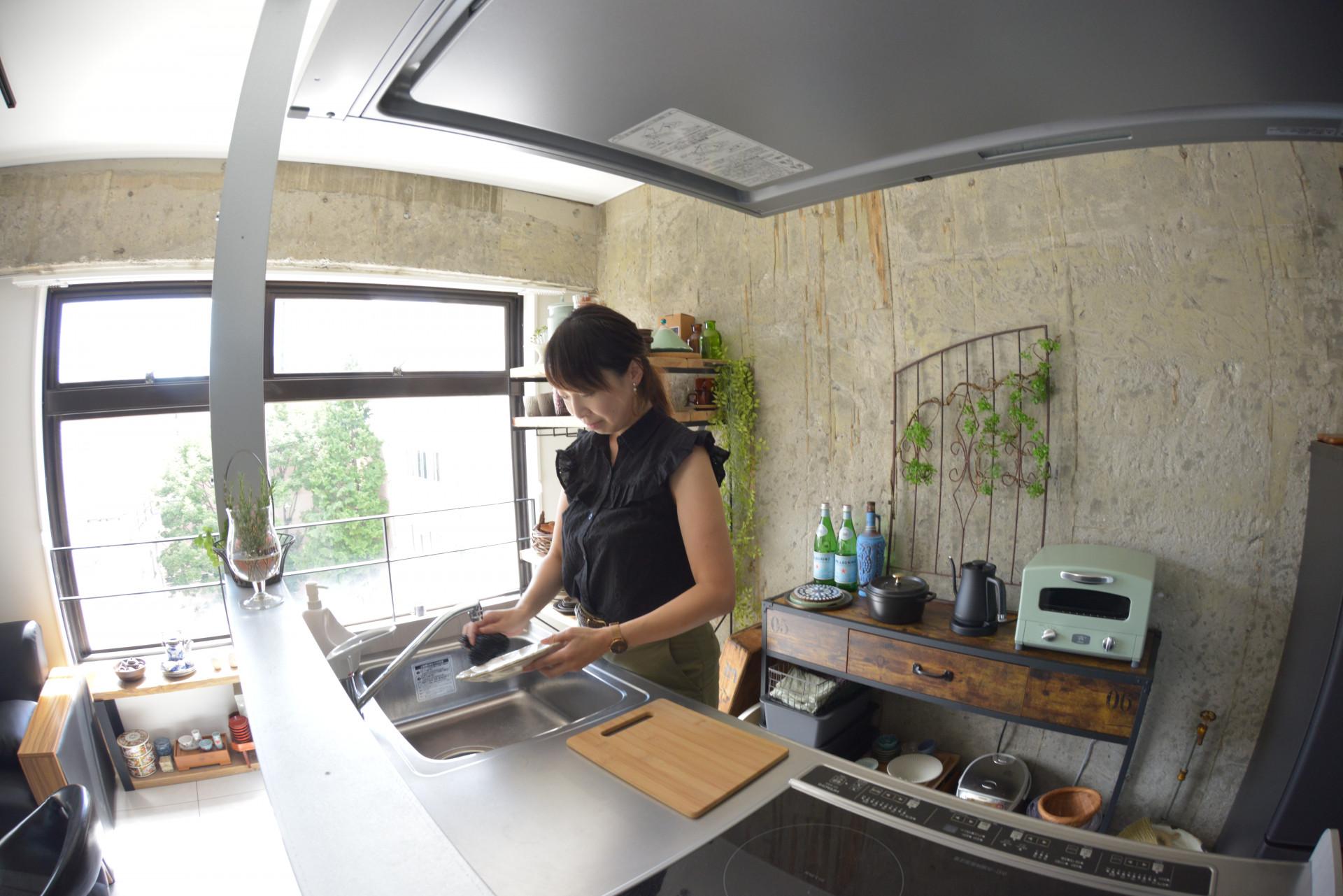 スタジオで作業する木村さん
