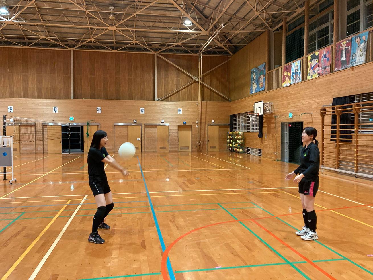 川本さんがバレーボールをする写真