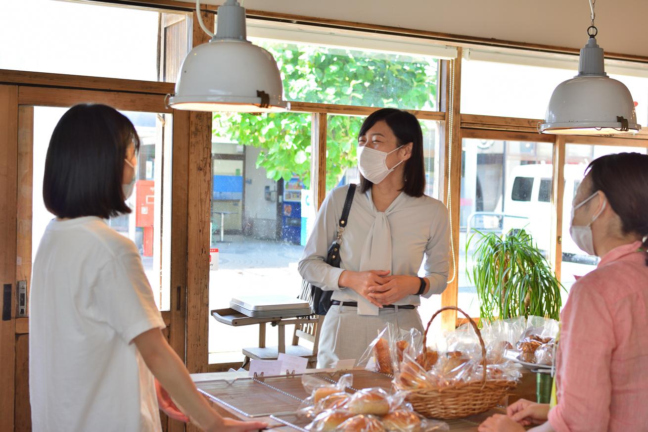 川本さんが地域の方と触れ合う写真