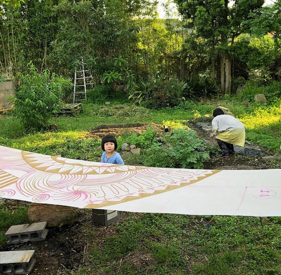 伝統の型染を自分らしく表現し、人や社会を明るく楽しくする「よつめ染布舎・よつめデザイン」の国東市国見町暮らし。